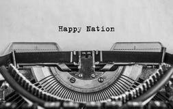 A nação feliz imprimiu em uma máquina de escrever velha do vintage, close-up patriotism fotografia de stock royalty free