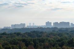 Naître bleu tôt au-dessus du parc et de la ville urbains photographie stock