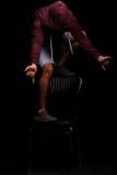 Nałogowiec w agoni Narcomaniac w ciemnym hoodie hallucinating na czarnym tle Wycofanie objawów pojęcie Fotografia Stock