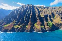 Na帕利海岸海岸线的鸟瞰图,考艾岛,夏威夷 免版税库存图片