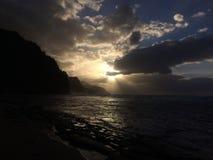 Na梵语在日落期间的海岸峭壁在考艾岛海岛,夏威夷上 库存照片