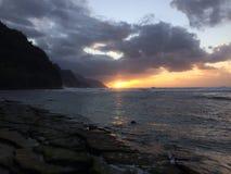 Na梵语在日落期间的海岸峭壁在考艾岛海岛,夏威夷上 免版税库存照片