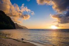 Na梵语海岸的日落从Kee海滩的在考艾岛, H北部 图库摄影