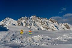 Na área de exclusão da caça do Mt Graue Hörner nos cumes suíços imagem de stock