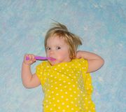 Na łóżkowym dziecka toothbrush Zdjęcia Royalty Free