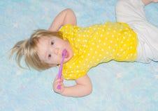 Na łóżkowym dziecka toothbrush Zdjęcie Stock