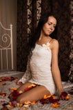 Na łóżku brunetki atrakcyjny obsiadanie obrazy royalty free
