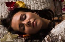 Na łóżku brunetki plciowy dosypianie zdjęcia stock