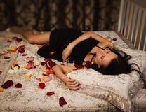Na łóżku brunetki plciowy dosypianie zdjęcia royalty free