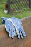 Na ławce ogrodowe rękawiczki Zdjęcie Royalty Free