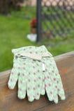 Na ławce zielone ogrodowe rękawiczki Zdjęcie Royalty Free
