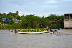 Na łodzi od Yangon łódkowatego ładunku banany Obrazy Stock