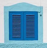 Na ścianie błękitny kolonialny okno Zdjęcia Royalty Free