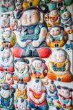 Na ścianie chińskie gliniane figurki Obraz Stock