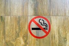 Na ścianie jest dymienie zakaz podpisuje wewnątrz toaletę zdjęcie stock