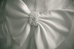 Na ślubnej sukni duży łęk. prosty tło. Obrazy Royalty Free