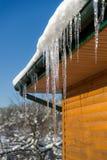 Na śnieżnym dachu piękny Sopel Obraz Royalty Free