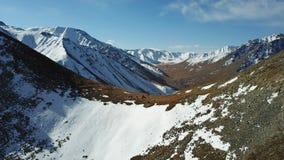 Na śnieżnym skłonie grupa turyści stoi Widok comber i dolina góry zdjęcie royalty free