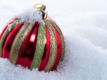 Na śniegu bożenarodzeniowa piłka Fotografia Royalty Free