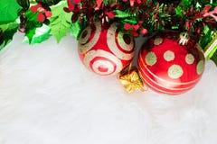 Na abstrakcjonistycznym tle bożenarodzeniowa dekoracja czerwony ornament, złoty Zdjęcia Stock