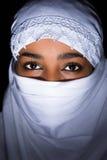 Na Afrykańskiej kobiecie biały przesłona Fotografia Royalty Free