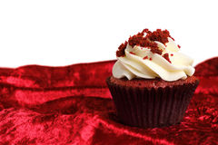 Na Aksamitnej teksturze czerwona Aksamitna Babeczka Zdjęcie Stock
