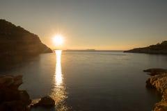 Na angra de Saladeta no por do sol em Ibiza fotos de stock royalty free