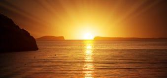 Na angra de Saladeta no por do sol em Ibiza fotografia de stock