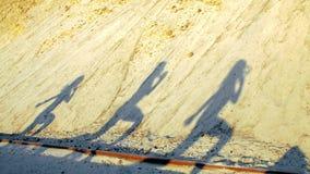 Na areia, as figuras, sombras, os esboços de atletas das meninas executam exercícios, são contratadas na aptidão no nascer do sol vídeos de arquivo