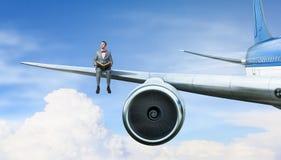 Na asa do avião do voo Meios mistos Imagem de Stock