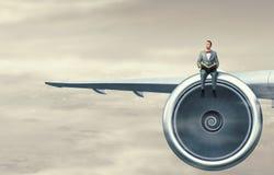 Na asa do avião do voo Meios mistos Imagens de Stock Royalty Free