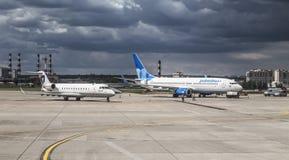 Na asfalcie lotnisko Vnukovo samolot linii lotniczej ` Pobeda ` Boeing 737-800 i samolot linii lotniczej ` Severstal ` bombardier Zdjęcia Stock
