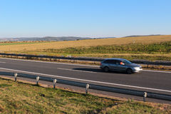 Na autostradzie samochodowy jeżdżenie Obrazy Stock