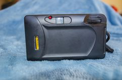 Na błękicie, Stara Czarna analog kamera zdjęcie royalty free
