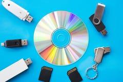 Na błękitnym biurku jest DVD USB flah jedzie i karty zdjęcie stock