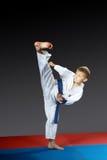 Na błękitnym matowym małym atleta rytmu kopnięcia yoko-geri zdjęcia stock