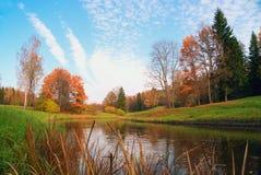 Na bankach Slavyanka rzeka w Pavlovsk parku zdjęcie stock