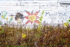 Na biały drewnie kochający graffiti Zdjęcie Royalty Free