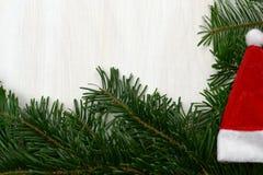 Na biały tle Święty Mikołaj kapelusz zdjęcia stock