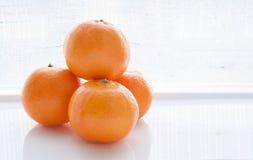 Na biały tle świeże pomarańcze Obrazy Stock