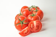 Na biały tle świezi czerwoni pomidory zdjęcie royalty free