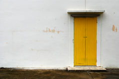 Na biel ścianie żółty drzwi Obrazy Stock