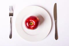 Na biel talerzu czerwony jabłko Zdjęcia Royalty Free
