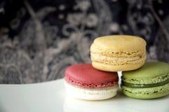 Na biel talerzu kolorów macarons Zdjęcie Royalty Free
