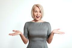 Na biel zdziwiona kobieta Stawia czoło wyrażenie, emocje, czuciowa postawy reakcja zdjęcia stock