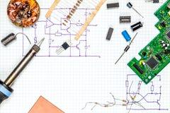 Na biurko elektronika Narzędzia i elektroniczni składniki Zdjęcia Stock