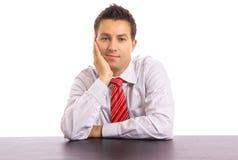 Na biurku młody biznesowy mężczyzna fotografia royalty free