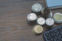 Na biurku, tam jest srebny moneta umieszczający na nim fotografia royalty free