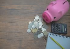Na biurku, tam jest srebny moneta umieszczający na nim obrazy stock