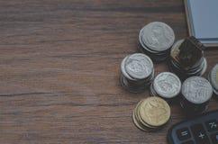 Na biurku, tam jest srebny moneta umieszczający na nim obraz stock